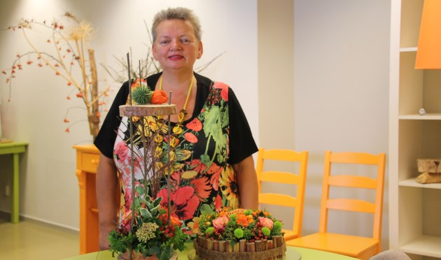 Diny Hogenkamp met enkele van haar creaties.