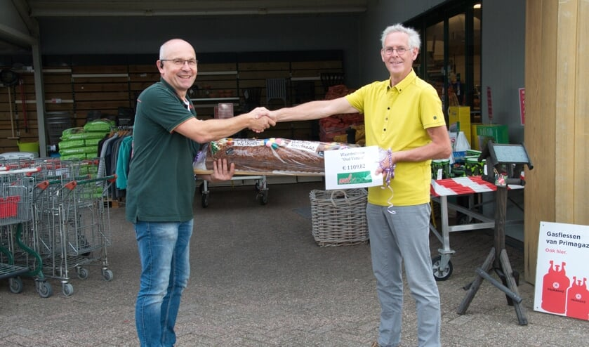 Welkoop eigenaar Wim Weenk overhandigt penningmeester Gerrit Vlogman de fraaie cheque. Foto: PR