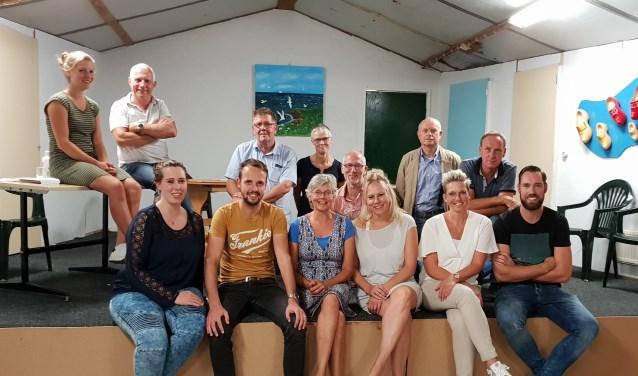 De Toneelgroep Linde staat onder leiding van regisseur Henk Broekgaarden (boven tweede van links). Foto: PR.