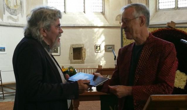 Bennie Jolink ontvangt het eerste exemplaar van het Sluiter-boek. Foto: Rob Weeber