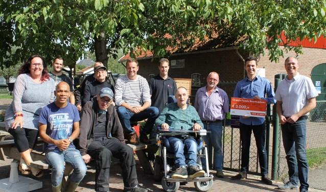 Iedereen blij met buurtcadeau van het Oranjefonds. Foto: Kristel te Bokkel