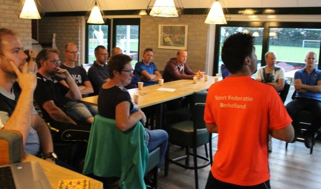 Geconcentreerd luisteren de jeugdtrainers naar de tips. Foto: PR