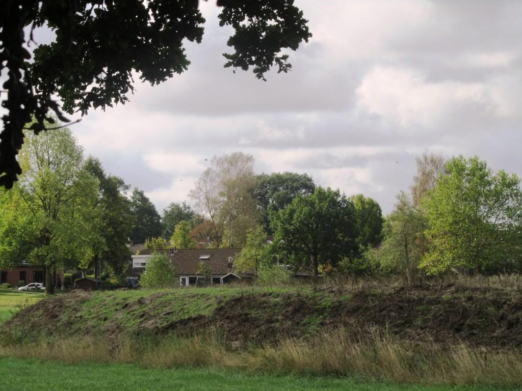 In de verte de Boven-Slinge met de woonwijk daarachter. Foto: Bernhard Harfsterkamp  © Achterhoek Nieuws b.v.