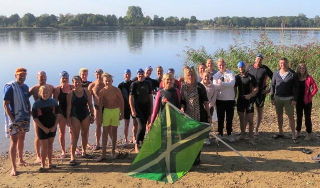 De Achterhoekse vlag werd door Kitty Jansen (rechts) zaterdagmorgen aangeboden aan Margot Verhagen, projectleider van de Swim Doetinchem. Foto: Josée Gruwel