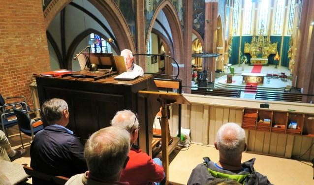 Jan Offenberg actief op het unieke Adema-orgel in de Calixtusbasiliek in Groenlo. Foto: Theo Huijskes