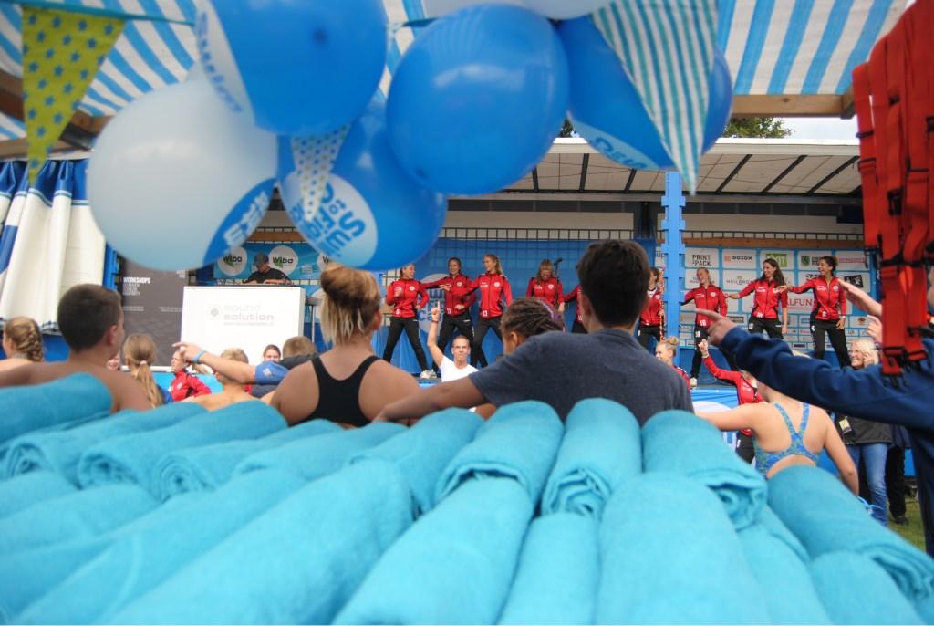De voetbalsters van Foreholte verzorgden spontaan de warming-uo voor de jonge deelnemers. Foto: StadDoetinchem.nl  © Achterhoek Nieuws b.v.