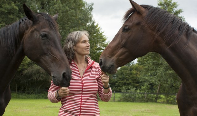Bernadette Nijhuis met twee van haar paarden. Foto: PR