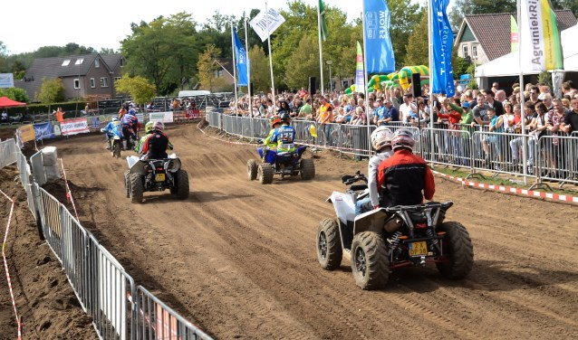 Dat motorcrossen een geweldige ervaring is ervoeren ook enkele mensen met een beperking die zitting namen achter op een quad. Foto: Achterhoekfoto.nl/Paul Harmelink.