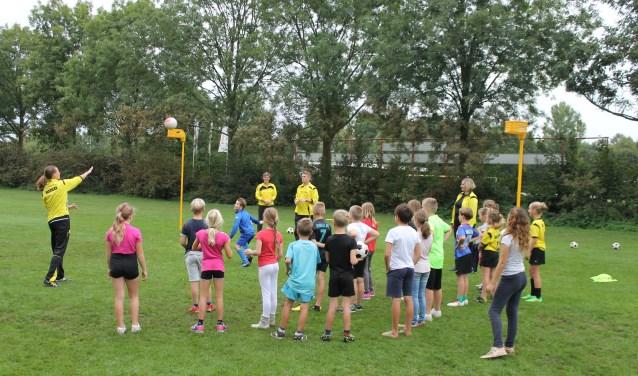 De kinderen en trainers op De Wildbaan.  Foto: PR