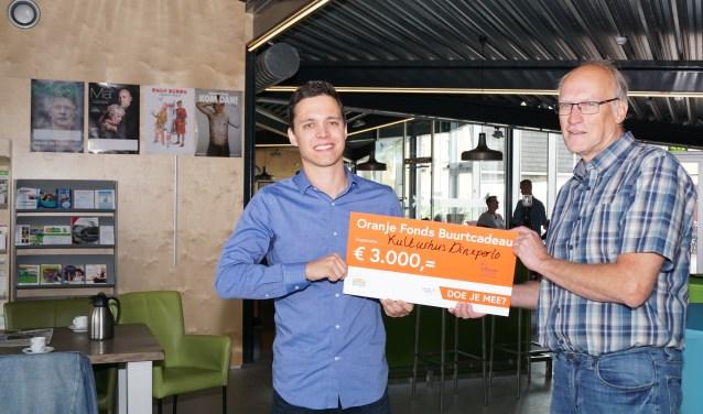 Yannick La Gordt Dillié van het Oranje Fonds overhandigt de cheque aan Hans Eppink. Foto: Frank Vinkenvleugel