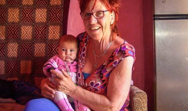 Alie Zieverink met één van de kindjes in het ziekenhuis in Oekraïne. Foto: PR