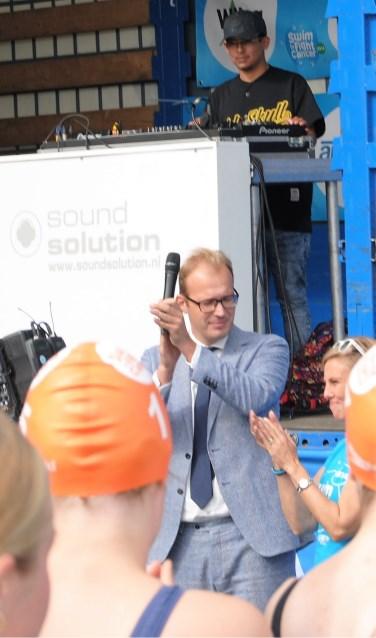 Burgemeester Mark Boumans opende het evenement, samen met kartrekker Margot Verhagen. Foto: StadDoetinchem.nl