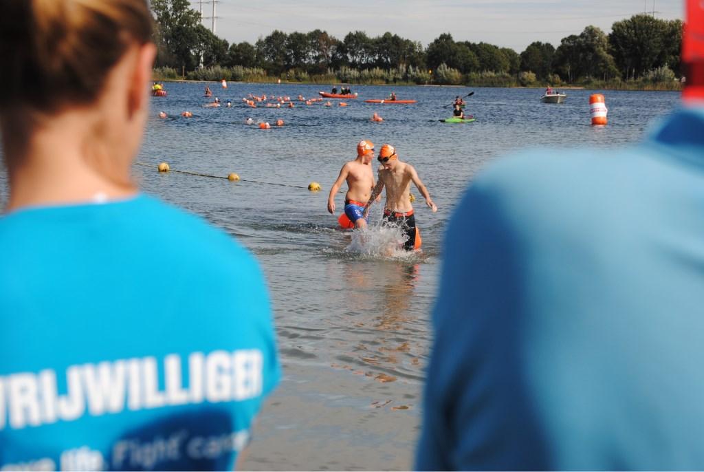 Na 500 meter komen de eersten uit het water; Later op de middag doken de volwassen deelnemers erin voor een afstand van twee kilometer. Foto: StadDoetinchem.nl  © Achterhoek Nieuws b.v.