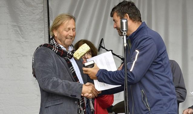 Friso Woudstra (Friso Woudstra Architecten BNA) neemt de Gouden IJsselsteen in ontvangst. Foto: PR