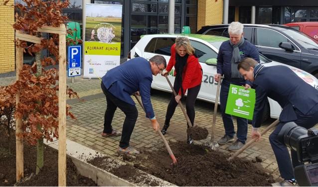 De aanplant van 1 van de 3 klimaatbomen bij Dusseldorp ISM. Van links naar rechts Rentmeester Maurice Beijk en Karin Rog (Dusseldorp ISM), Henk Adema (Bomenwacht Oost Gelre) en wethouder Bart Porskamp.Foto: PR