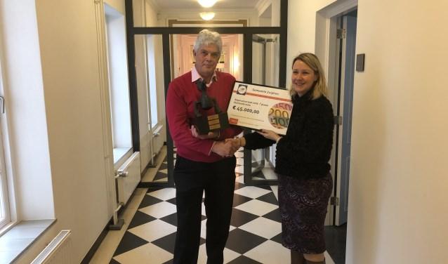 René Slingerland, voorzitter Stichting Doorkomst Roparun Zutphen, en sportwethouder Laura Werger. Foto: PR