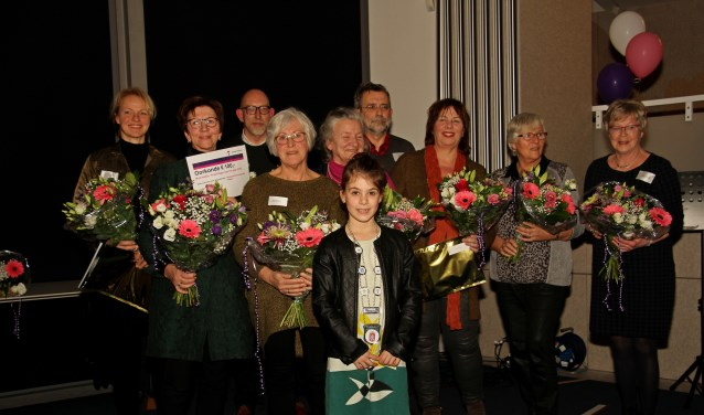 De Vrijwilligers van het Jaar in de categorieën Zorg, Leefbaarheid en Jeugd met jeugdburgemeester Evy Otten. Foto: Liesbeth Spaansen