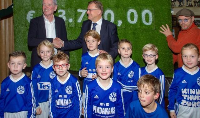 Aanbieding van het het jubileumcadeau aan Grolvoorzitter Hans Scheinck. Foto: Marcel Houwer