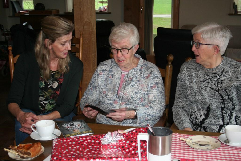 Annie krijgt een boekje met persoonlijke boodschappen van de bezoekers van de boerderij. Foto: Verona Westera  © Achterhoek Nieuws b.v.