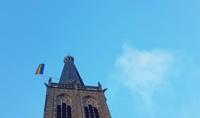 De regenboogvlag wappert op de toren van de Catharinakerk. Foto: Burry van den Brink