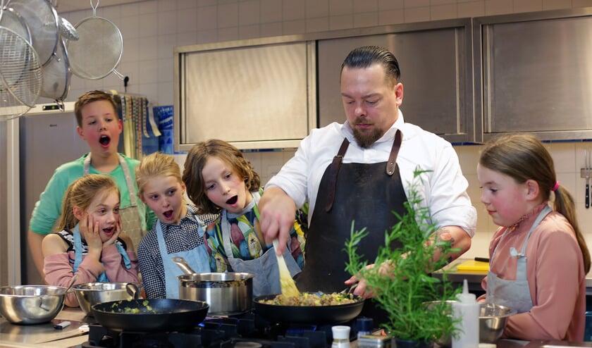 Koken met kinderen is een feestje voor Tom Klein Hemmink. Foto: Henri Walterbos