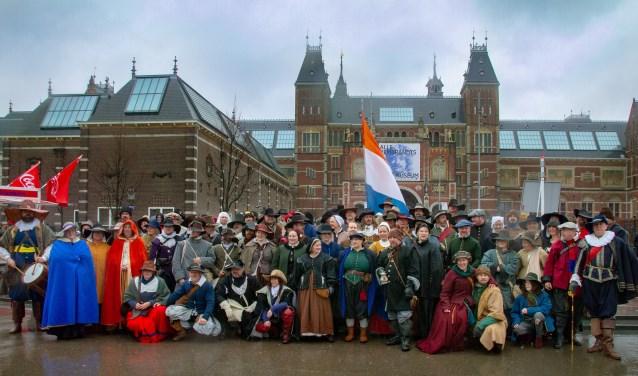 De internationale groep re-enactors voor het Rijksmuseum in Amsterdam. Foto: Marcel Houwer
