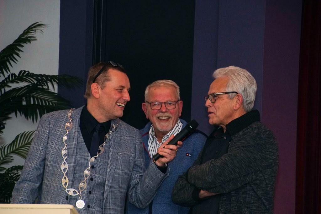 Burgemeester Stapelkamp in gesprek met Ed Naves en Theo Aaldering. Foto: Frank Vinkenvleugel  © Achterhoek Nieuws b.v.