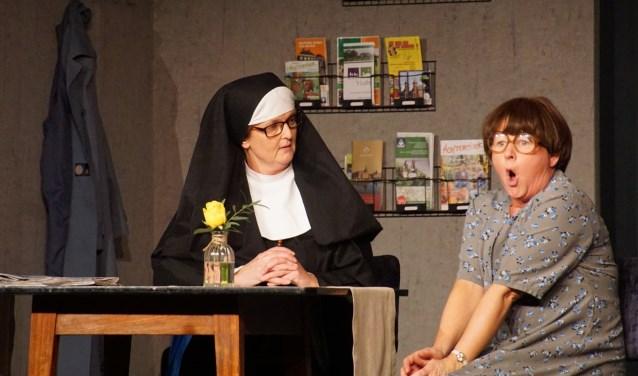 De zussen Ceciel Trip, gespeeld door Ellen van der Laan, en Geraldine Trip, een kippige hotelgast, gespeeld door Rita Rougoor. Foto: Frank Vinkenvleugel