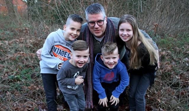 Robert te Winkel met zijn viertal Job, Thim, Thom en Susan. Foto: Liesbeth Spaansen