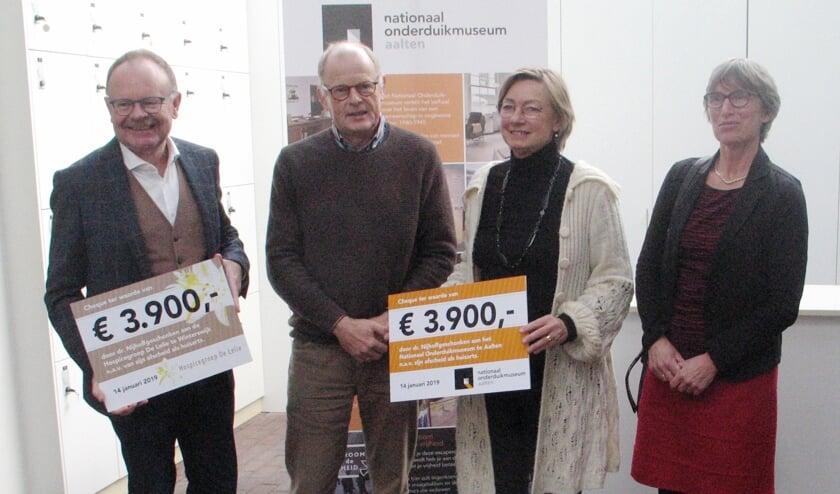 Dokter Nijhof en zijn vrouw overhandigden cheques aan Johan Teeuwsen van de Hospicegroep en Gerda Brethouwer van het museum. Foto: Bernhard Harfsterkamp