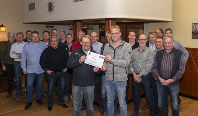Ruim twintig techneuten van d'Olde Waskupen waren bij Hotel Heitkamp aanwezig om de cheque over te dragen aan Theo Mijnen. Foto Robin Sommers