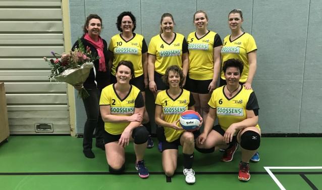 Coach en sponsor Germaine Goossens in de bloemen gezet voor nieuwe shirts van Morgana DVO dames 6. Foto: PR