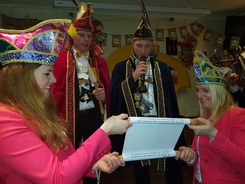Prins Eef en Adjudant Freek tijdens hun proclamatie, bijgestaan door hun voorgangers Janneke en Jona.  Foto:  © Achterhoek Nieuws b.v.