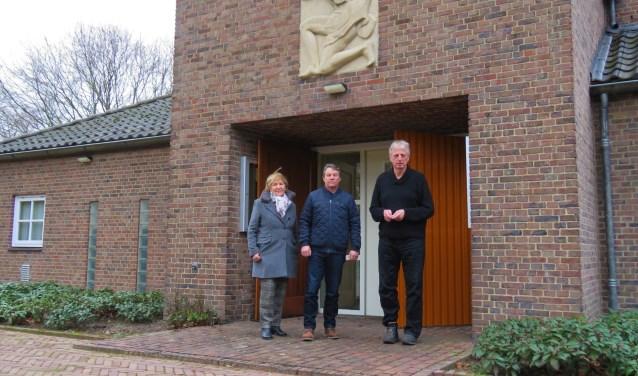 Het bestuur van Doetinchem herdenkt voor de ingang van de aula. Foto: Bert Vinkenborg
