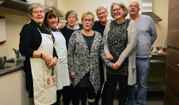 Dorine Stoffels (derde van links) met haar collega's in de keuken: 'Een maaltijd klaarmaken duurt twee keer zo lang.' Foto: Alize Hillebrink