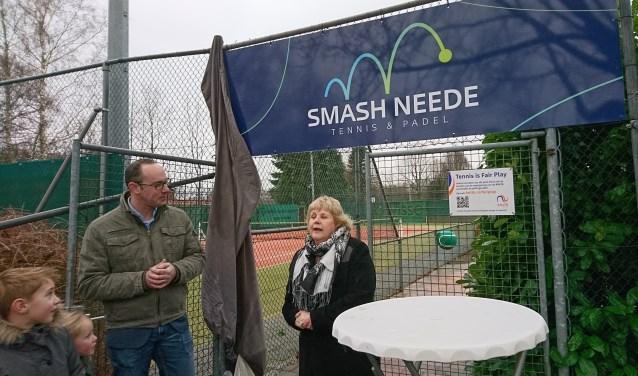 Wethouder Anjo Bosman onthult de nieuwe naam Smash Neede Tennis & Padel. Foto: Matthew Vuijk