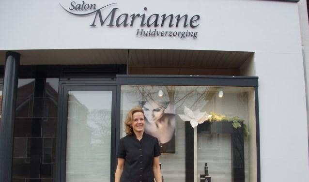 Marianne van der Voort voor haar schoonheidssalon aan de Dorpsstraat waar zij al dertig jaar gevestigd is. Foto: Bernadet te Velthuis