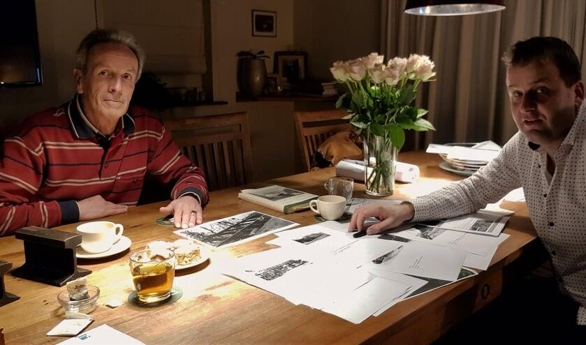 Fred van der Mije en Werner Willemsen tussen veel (beeld)materiaal over de Baakse tram. Foto: Alice Rouwhorst