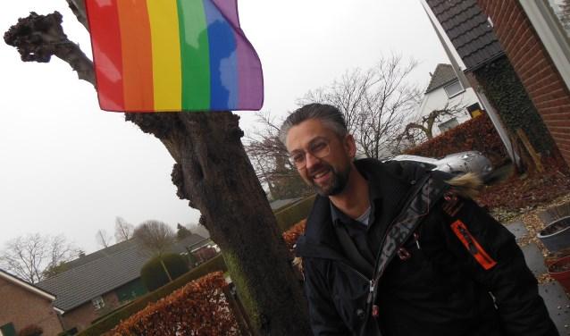 Bij Freddy van Dijken thuis wappert de regenboogvlag al. Nu het gemeentehuis van Montferland nog… Foto: Eric Klop