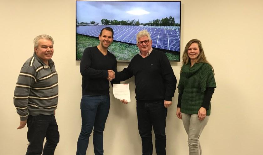Het bestuur van de ECDD tekent het contract met Tenten Solar voor de levering en bouw van de zonne-installatie op het dak van Prakticon. Foto: PR