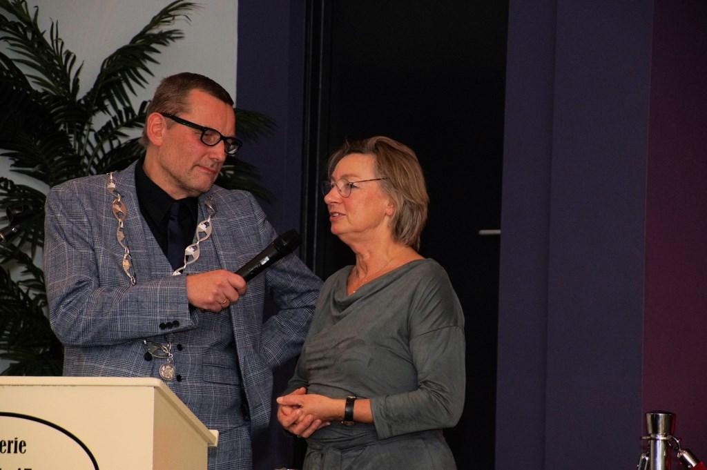 Burgemeester Stapelkamp in gesprek met Gerda Brethouwer. Foto: Frank Vinkenvleugel  © Achterhoek Nieuws b.v.