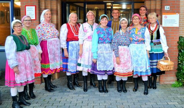 Een aantal leden van Scodova in traditionele kleding. Foto: PR