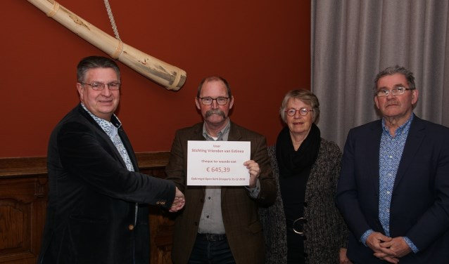 De overhandiging van de cheque van de open kerk aan Estinea. Foto: Frank Vinkenvleugel