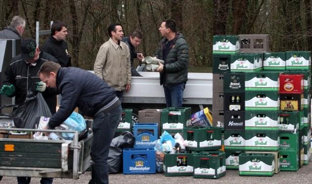 Er werden meer dan 200 lege kratten bier en meer dan 1500 lege petflessen opgehaald. Foto: Johan Bolink.