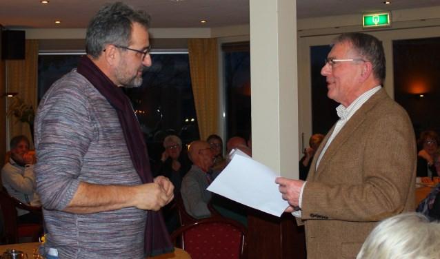 Gerrit te Velthuis, voorzitter VVV Bronckhorst, overhandigde symbolisch de sleutel aan de voorzitter van Stichting VVV Vorden, Grieto Zeeman.Foto: PR