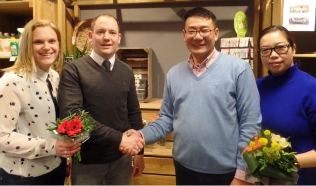 Frank Bannink en zijn vriendin Thera  (l) verwelkomen de nieuwe exploitanten van de Barchemse supermarkt: Ming Jiang en Xiao Fan Cheng  Foto: Jan Hendriksen.