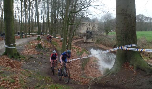 De wedstrijd voor de Elite/Beloften vormde het sluitstuk van een uitermate geslaagde Vordense Kasteelcross die georganiseerd werd door RTV Vierakker – Wichmond. Foto: Jan Hendriksen.