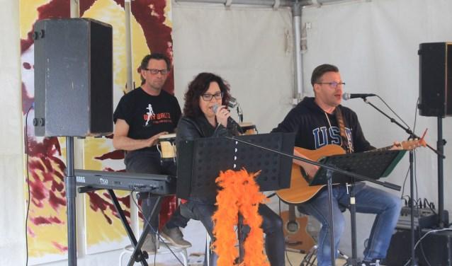 André van Gaalen, Herma Doppen en Jos Doppen vormen Hippies Akoestisch. Foto: PR