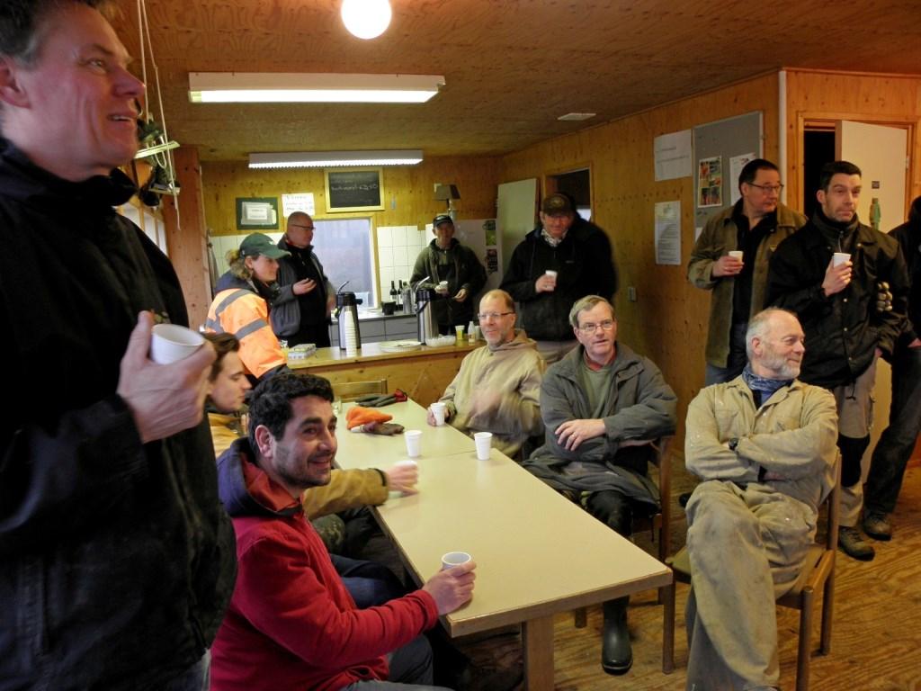 HSL vrijwilligers genieten van de catering in de Ieskeet. Foto: Lucas Kalkers  © Achterhoek Nieuws b.v.