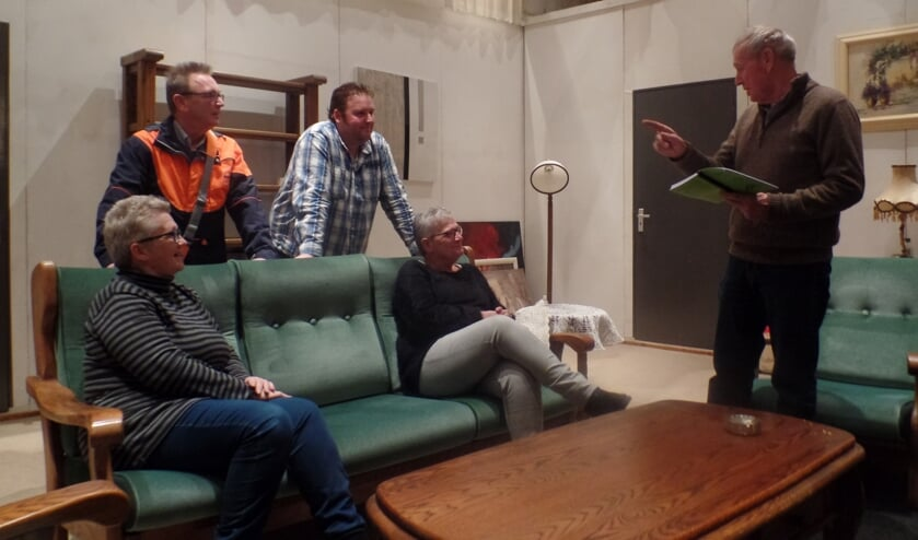 Onder leiding van regisseur Wim Sprukkelhorst (r) debuteren (vlnr) Saskia Denneboom, Tonny Hukker, Jos Freriks en Diny Schepers. Foto: Jan Hendriksen